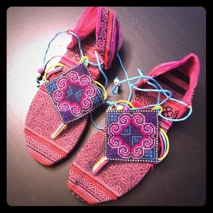 Shoes - Tribal Bali thong sandals in pink print. Size 7